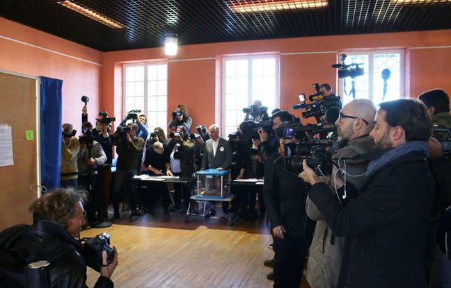 Le 27 novembre 2016, journalistes attendant la sortie de l'isoloir d'Alain Juppé, lors du deuxième tour de la primaire de la droite et du centre