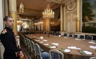 """Le gouvernement attend """"six à sept milliards d'euros"""" d'économies d'un nouveau train de mesures qui doit être arrêté vendredi lors d'un conseil de modernisation des politiques publiques (CMPP), selon Le Monde daté de jeudi."""