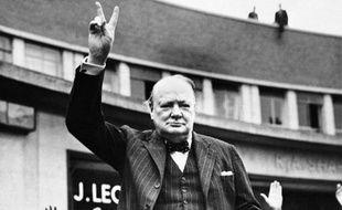Photo non datée de Winston Churchill faisant le signe de la victoire