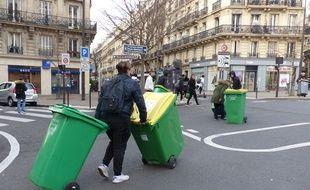 Des lycéens de Lamartine (IXe) veulent aller bloquer le lycée Decour (IXe) à quelques centaines de mètres de là.