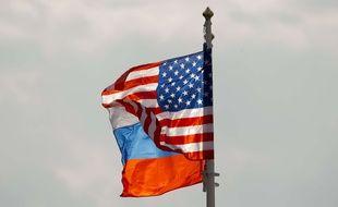 Les drapeaux russe et américain.