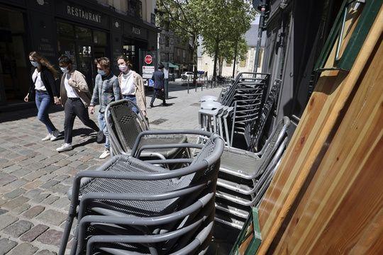 La réouverture des terrasses des bars et restaurants s'est soldée par quelques débordements à Rennes, obligeant les autorités sanitaires à renforcer les contrôles dans les débits de boissons.
