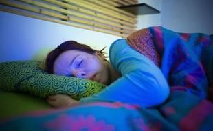 Une jeune femme en plein sommeil (illustration).