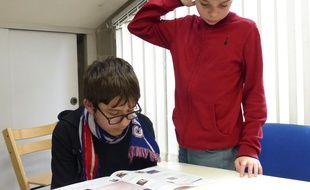 Au Sessad de Villeurbanne, de jeunes autistes réalisent leur propre journal. Une initiative prise par les éducateurs pour les ouvrir sur le monde qui les entoure.