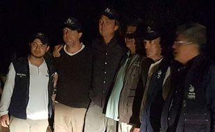 Les reporters néerlandais Dutch Derk Johannes Bolt (2e à gauche) et Eugenio Ernest Marie Follender (2e à droite)  après leur libération par l'ELN, à Catatumbo (Colombie) le 24 juin 2017.