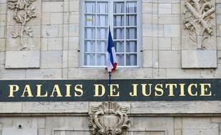 Un palais de justice. (illustration)