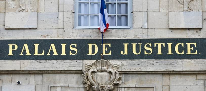 Un palais de justice. (illustration)