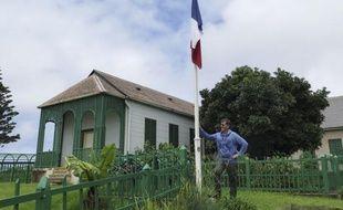 """""""Le consul"""", Michel Dancoisne-Martineau, pose le 12 mars 2015 près du drapeau français dans la dernière résidence de Napoléon à Sainte-Hélène"""
