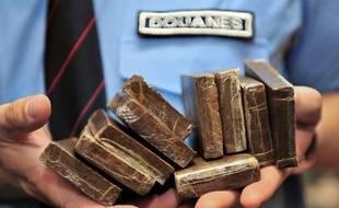Les douaniers ont découvert 27 kilos de résine de cannabis sous le pare-choc de son véhicule.