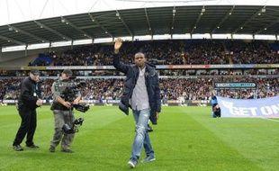 Fabrice Muamba a salué les supporteurs au stade de Bolton, avant la rencontre du championnat d'Angleterre face à Tottenham à laquelle il a assisté mercredi soir, un mois et demi après avoir été victime d'un arrêt cardiaque en plein match.