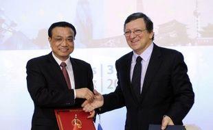 """L'UE et la Chine ont signé des déclarations conjointes en vue d'un """"partenariat"""" dans le domaine de l'énergie, prévoyant notamment l'ouverture de leurs marchés respectifs, selon le président de la Commission européenne José Manuel Barroso."""