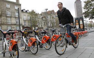 Un utilisateur de vélo en libre-service Bicloo à Nantes (illustration).