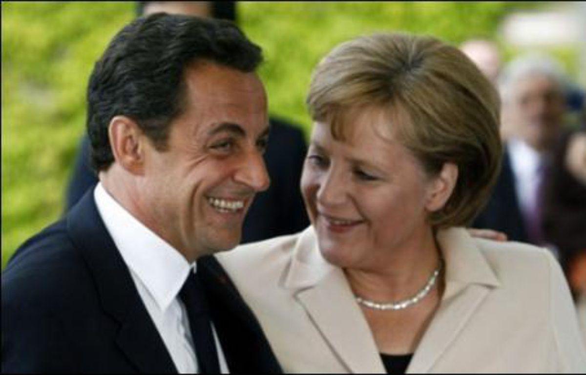 Le nouveau chef de l'Etat français, Nicolas Sarkozy, a été chaleureusement accueilli mercredi à 16h15 GMT à la chancellerie fédérale allemande par Angela Merkel, quelques heures après son investiture à l'Elysée. – Michael  Kappeler AFP/DDP