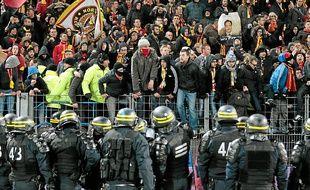 Les supporters du Racing Club de Lens ont provoqué l'interruption du match de leur équipe samedi soir à Caen.