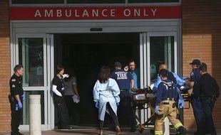 Le personnel de l'hôpital et des pompiers déplacent l'une des victimes de la fusillade dans le lycée près de Seattle, le 24 octobre.