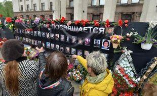 Cérémonie en hommage aux victimes d'un incendie dans la Maison des syndicats, à Odessa, en Ukraine, le 2 mai 2015
