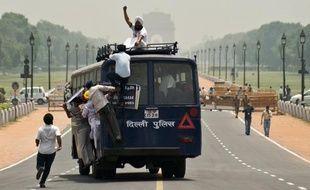 Au moins 33 personnes ont péri mercredi quand un car surchargé a accidentellement quitté la route pour tomber dans une rivière du nord de l'Inde, a annoncé la police.