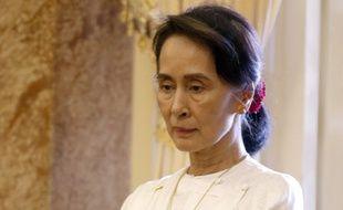Aung San Suu Kyi, longtemps emprisonnée par le régime birman, a pris la tête du gouvernement, sous la férule de la junte militaire.