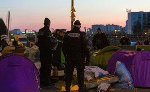 Evacuation d'un camp de migrants à la station de métro Stalingrad le 2 mai 2016 à Paris