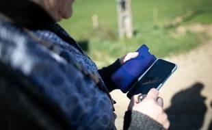Image d'illustration d'une femme sur son téléphone.