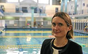 Céline Chanas, directrice du musée, devant la piscine Saint-Georges.