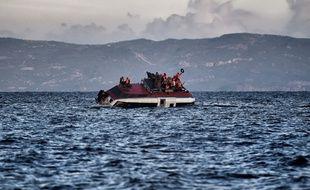 Un bateau de migrants au large de l'île de Lesbos, le 30 octobre 2015.