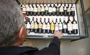 Illustration. Des bouteilles de grands vins.