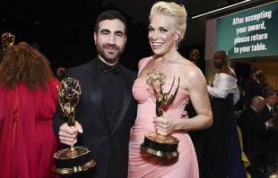 Brett Goldstein et Hannah Waddingham aux 73e Emmy Awards, le dimanche 19 septembre 2021, au Microsoft Theatre de Los Angeles .