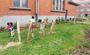 Un parc pour enfants a été créée devant l'école Broca, grâce à un budget décentralisé.