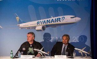 Michael O'Leary, PDG de Ryanair (g) et Ray Conner, PDG de Boeing, en conférence de presse le 8 septembre 2014 à New York, pour annoncer la conclusion d'un accord de vente de 100 moyen-courriers 737 Max 200 à la compagnie irlandaise