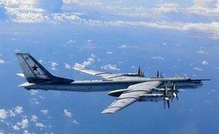 Photo d'un bombardier russe TU-95 prise le 22 août dans le ciel japonais diffusée par le ministère japonais de la défense.