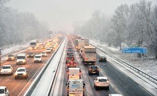 Chute de neige en abondance dans l Est de la France, en décembre 2017. L'autoroute A 43 en direction de Lyon était bloquée.