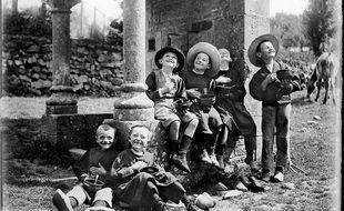 Enfants déjeunant près d'une fontaine, à Plumelec (Morbihan), entre 1902 et 1905.