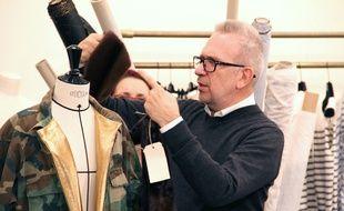 Jean Paul Gaultier customise une veste dans le style camouflage dans le documentaire de Loïc Prigent «Jean Paul Gaultier travaille».