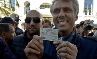 Rachid Nekkaz montre sa carte d'identité le 3 mars 2019, pour présenter une candidature à l'élection présidentielle algérienne