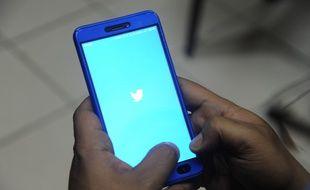 L'application Twitter sur l'écran d'un téléphone (image d'illustration).