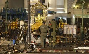 Des officers thaïlandais devant le sanctuaire d'Erawan, à Bangkok, où une bombe a explosé le 17 août 2015.