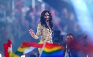 Conchita Wurst devant les drapeaux de la communauté LGBT