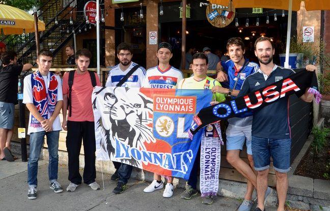 Des membres du groupe OL USA, devant le fameux bar Monsieur Ricard de Montréal l'été dernier.