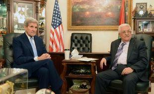 Le secrétaire d'Etat américain John Kerry et  le président palestinien Mahmoud Abbas le 24 octobre 2015 à Amman