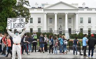 Jeff Hulbert d'Annapolis (Maryland) revêtu d'un équipement de protection, demande l'arrêt des vols provenant d'Afrique de l'ouest devant la Maison Blanche le 16 octobre 2014 à Washington
