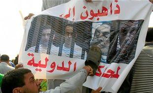 Des affrontements ont éclaté entre pro et anti-Moubarak, hier.