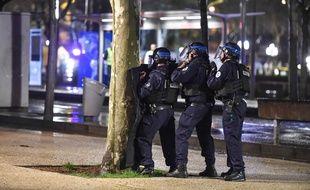 Des policiers lors d'un exercice de simulation d'attentat place des Quinconces à Bordeaux./AMEZUGO_AMEZ.05/Credit:UGO AMEZ/SIPA/1604050825