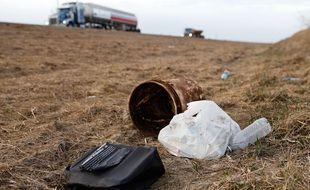 Des ordures jetés en bordure d'une autoroute (illustration).