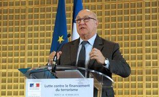 Le ministre des Finances Michel Sapin présente en conférence de presse des mesures de lutte contre le financement du terrorisme, le 18 mars 2015 à Paris