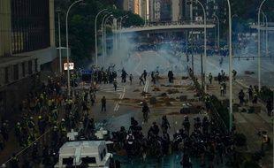La police utilise du liquide de couleur bleue et des gaz lacrymogènes pour disperser les manifestants antigouvernementaux à Hong Kong, le 1er octobre.