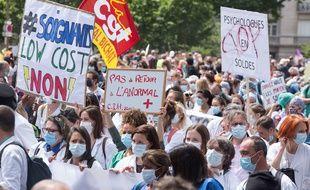 Des soignants ont manifesté mardi à Paris et dans plusieurs villes pour réclamer une revalorisation de leurs conditions de travail.