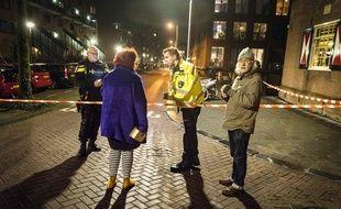 Des policiers surveillent le périmètre où a eu lieu la fusillade vendredi soir, à Amsterdam.