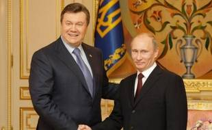 Le président russe Vladimir Poutine a fait miroiter jeudi les avantages économiques d'un rapprochement avec Moscou à l'Ukraine, où les opposants favorables à l'UE ont entamé leur quatrième semaine de contestation après la volte-face du pouvoir sur l'intégration européenne.
