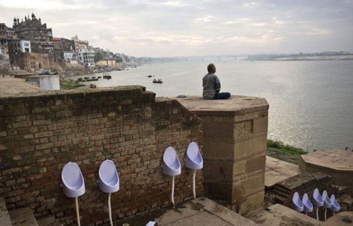 Un Indien pratique la méditation sur les bords du Gange à Varanadi, le 23 juillet 2009. – P. UGARTE / AFP